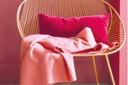 plaid KATMANDOU bois de rose présenté avec coussin pacha...