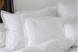 Taie d'oreiller linge de lit ANECDOCTES blanc de SYLVIE...